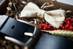 Mooie giften, een riem en een vlinderdas Stock Foto's