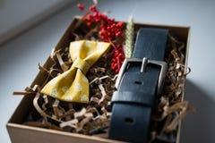 Mooie giften, een riem en een vlinderdas Stock Foto