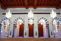 Mooie glans in zaal van Grote Moskee in Oman royalty-vrije stock foto