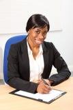 Mooie glimlach door zwarte in bedrijfsbureau Stock Fotografie