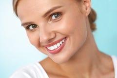 Mooie glimlach Glimlachende Vrouw met het Witte Portret van de Tandenschoonheid royalty-vrije stock afbeeldingen