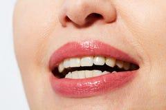 Mooie glimlach met rode lippen en gezonde witte die tanden op wit worden geïsoleerd Botox en collageenconcept Selectieve nadruk Stock Foto's