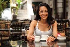 Mooie glimlach van gelukkige jonge vrouw in koffie Royalty-vrije Stock Fotografie