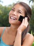 Mooie glimlachende Aziatische mobiele telefoonvrouw Stock Afbeeldingen
