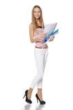 Mooie glimlachende bedrijfsdievrouw, met documenten, op a worden geïsoleerd Stock Foto