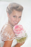 Mooie glimlachende bruid in de sluier met boeket Stock Foto