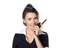 Mooie glimlachende die stewardess op een witte achtergrond wordt geïsoleerd Stock Foto