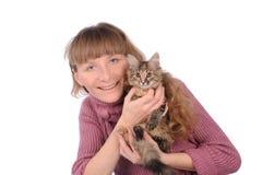 Mooie glimlachende donkerbruine meisje en kat Stock Afbeelding