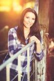 Mooie glimlachende donkerbruine vrouw Royalty-vrije Stock Foto's
