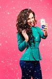 Mooie glimlachende donkerbruine vrouw die selfie nemen stock afbeeldingen
