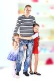 Mooie glimlachende gelukkige familie stock fotografie