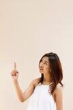 Mooie glimlachende gelukkige positieve vrouw die haar hand benadrukken Royalty-vrije Stock Foto