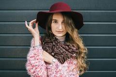 Mooie glimlachende gelukkige vrouw in hoed Retro manier De zomerhoed met grote rand over donkerblauwe achtergrond Royalty-vrije Stock Afbeelding