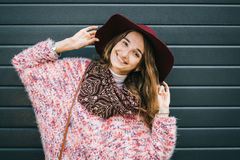Mooie glimlachende gelukkige vrouw in hoed Retro manier De zomerhoed met grote rand over donkerblauwe achtergrond Stock Afbeeldingen