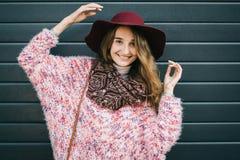 Mooie glimlachende gelukkige vrouw in hoed Retro manier De zomerhoed met grote rand over donkerblauwe achtergrond Stock Afbeelding