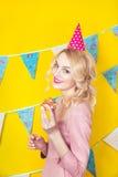 Mooie glimlachende jonge blondevrouw met een cake Viering en partij Royalty-vrije Stock Afbeeldingen