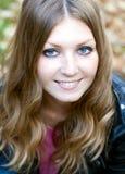 Mooie glimlachende jonge vrouw Royalty-vrije Stock Afbeelding