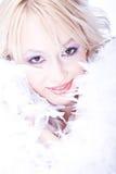 Mooie glimlachende jonge vrouw met witte boa Stock Foto