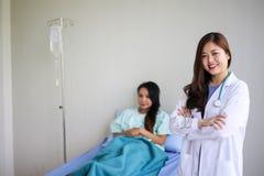 Mooie Glimlachende medische artsenvrouw met stethoscoop het geduldige bespreken, Gezondheidszorgconcept royalty-vrije stock foto