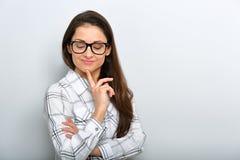 Mooie glimlachende positieve succesvolle bedrijfsvrouw die in glazen neer met vinger onder het gezicht kijken stock afbeeldingen