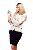 Mooie glimlachende vrouw die een wereldbol houden. Bedrijfsvrouw Stock Afbeeldingen