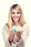 Mooie glimlachende vrouw die een wereldbol houden. Bedrijfs vrouw Stock Fotografie