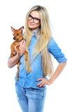 Mooie glimlachende vrouw die haar houdt weinig puppy dat op whi wordt geïsoleerd Stock Afbeelding