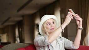 Mooie Glimlachende Vrouw die Selfie-Foto nemen stock video