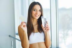 Mooie Glimlachende Vrouw die Vitaminepil nemen Dieet supplement royalty-vrije stock foto's