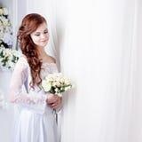 Mooie glimlachende vrouw in een huwelijkskleding plaats Royalty-vrije Stock Foto