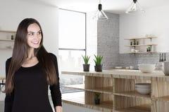 Mooie glimlachende vrouw in keuken Stock Foto's