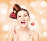 Mooie glimlachende vrouw met een lolly op bruisende achtergrond Royalty-vrije Stock Fotografie