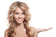Mooie glimlachende vrouw met holdingshand Witte achtergrond Stock Afbeeldingen