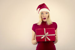 Mooie glimlachende vrouw met Kerstmisgift Royalty-vrije Stock Foto's