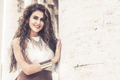 Mooie glimlachende vrouw met krullend haar De manier ziet eruit royalty-vrije stock foto's