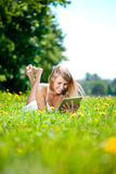 Mooie glimlachende vrouw met tabletPC, in openlucht Mooie youn Stock Afbeeldingen