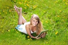 Mooie glimlachende vrouw met tabletPC, in openlucht Mooie youn Stock Fotografie