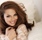Mooie glimlachende vrouw met verbazend ogenportret Royalty-vrije Stock Afbeeldingen