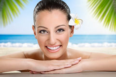 Mooie glimlachende Vrouw op het strand Stock Afbeeldingen