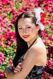 Mooie glimlachende vrouw in tuin stock afbeeldingen