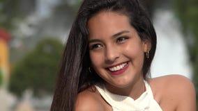 Mooie glimlachende vrouwelijke tiener stock videobeelden