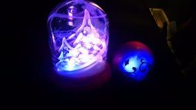 Mooie gloeiende Kerstmisbal stock fotografie