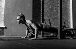 Mooie goed gebouwde vrouw die zich op de fysische activiteit concentreren Royalty-vrije Stock Fotografie
