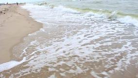 Mooie golf op strand stock video