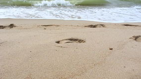 Mooie golf op strand stock footage