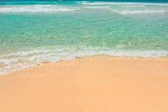 Mooie golf op zandig strand en turkooise overzees stock afbeelding