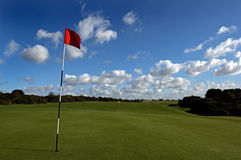 Mooie golfcursus op een zonnige dag Royalty-vrije Stock Foto's