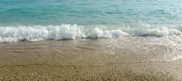Mooie golven in het overzeese strand stock afbeelding