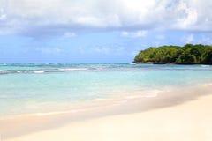 Mooie golven op blauwe oceaan met witte schuim blauwe hemel met wolkenachtergrond royalty-vrije stock foto