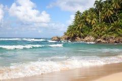 Mooie golven op blauwe oceaan met witte schuim blauwe hemel met wolkenachtergrond stock afbeelding